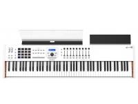 Arturia KeyLab 88 MkII    O teclado controlador MIDI Arturia Keylab 88 Mkii oferece aos jogadores um teclado Fatar de tamanho completo com 88 notas de martelo, com velocidade e aftertouch.    O Keylab 88 Mkii é o maior modelo da gama de teclados da Arturia e é fornecido com o lendário Laboratório Analógico que contém mais de 5000 sons de alguns dos mais procurados sintetizadores e pianos elétricos criados usando tecnologia TAE para qualidade de áudio inigualável.    Além dos botões, pastilhas, interruptores, controles deslizantes e rodas mod / pitchbend, que podem ser atribuídos conforme desejado, o Keylab 88 possui conectividade via USB, E / S MIDI, pedal de sustentação / expressão, pedal auxiliar e entradas do controlador de respiração. Há também um suporte de laptop / sintetizador de mídia removível, bem como um suporte de música integrado que pode acomodar um iPad.