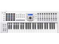 Arturia KeyLab MkII 49 White  Teclado Controlador MIDI/USB 49 teclas  9 enconders rotativos e faders  16 RGB-backlit performance pads  Inclui Analog Lab Software com mais de 6500 Sounds, Piano V e Ableton Live Lite