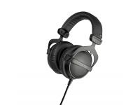 Beyerdynamic DT-770 Pro 32 Ohms  Pouquíssimos fones de ouvido oferecem ao usuário a mesma ótima experiência de som que os populares fones de ouvido Beyerdynamic DT 770 PRO. Devido à equalização de campo difuso e ao inovador sistema bass reflex, estes auscultadores atingem um nível de qualidade de som incrivelmente equilibrado em todo o espectro de frequências, mas é poderoso e brilhante. O design de cápsula fechada desses fones de ouvido os torna ideais para todos os engenheiros de som, bem como músicos para o estúdio e para o palco. Os fones de ouvido Beyerdynamic DT 770 não são os fones de ouvido mais populares da Music Store, pois o conforto oferecido pelo suporte de mola é simplesmente incomparável.