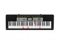 Casio LK-135  A Casio LK-135 é um teclado portátil ideal para estudantes graças a um sistema de aprendizagem fácil e claro e de aprendizagem progressiva. Com 61 teclas de luz, este teclado garante um rápido sucesso de aprendizagem e, portanto, uma grande quantidade de diversão musical. Com uma seleção de 120 cores de som e 70 ritmos de acompanhamento em todos os estilos musicais, este é o teclado perfeito para quem está começando.    Este instrumento é mais do que um clássico teclado de entretenimento, pois inclui a função Dance Music Fashion. Basta pressionar diferentes teclados de atalhos de teclado para criar facilmente ótimas faixas de dança e remixá-las ao vivo. Já existem 50 estilos modernos de música de dança da House, Hip-Hop e EDM disponíveis que podem ser combinados individualmente com frases padrão e vários efeitos sonoros.