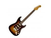 "Fender Squier Classic Vibe Strat 60s 3TS   Guitarra Eléctrica Fender Squier Classic Vibe Stratocaster '60s 3TS.  Corpo: Alder.  Braço: Maple;  Formato: Modern ""C"";  Acabamento: Vintage-tint gloss.  Escala: Rosewood 25.5"" (64.8 cm);  Raio: 9.5"" (24.1 cm); Pente: 1.650"" (42 mm) em Osso Sintético.  Neckjoint: Bolt-On;  Neckplate de 4 parafusos.  Inlays: White Dot.  Cutaway: 19.  Ferragens: Ponte: Vintage Style Synchronized Tremolo;  Botões: Aged White;  Hardware: Cromado.  Trastos: 21 Medium jumbo.  Electrónica: Passiva.  Pickups: 3x Single Coil Vintage Style Strat® com Alnico III Magnets.  Cor: 3-Tone Sunburst."