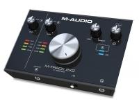 """M-Audio M-Track 2x2    M-Audio M-Track 2x2 Interface áudio USB de dois canais;  24-Bit/1 92 kHz;  1x XLR/TR Entrada Combo (Entrada 1);  Comutável 48V Phantom Power;  1x Entrada Instrumento 1/4"""" TRS (Entrada 2);  2x Line-Out 1/4"""" TRS (seletor de controlo de volume para saídas 1 e 2);  Saída para auscultadores;  Alimentado via USB;  Software incluído através de downloads: Steinberg Cubase LE; AIR Creative Collection FX (20 World Class FX AU/VST plugins as made famous by Pro Tools); AIR Strike; AIR Xpand!2 e AIR Mini Grand;  Requisitos do sistema: USB 2.0 ou USB-C; Win 7 (32 ou 64 bit), Mac OS X 10.8 ou superior;  Dimensões do M-Audio M-Track 2x2: 198 x 71 x 152 mm (W x H x D);  Peso: 0,9 kg."""