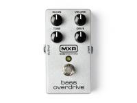 """MXR M89 Bass Overdrive   Pedal de Baixo MXR M89 Bass Overdrive   Pedal de efeitos para baixo  Overdrive quente e harmonicamente rico  Verdadeiro bypass  Overdrive analógico do tipo valvulado, controlo de mistura de sinal limpo, controlos de volume, drive e timbre  LED de status  Entrada e saída de 1/4""""  Funciona com pilha de 9V ou fonte de alimentação (não incluída)  Fabricado nos EUA"""
