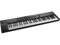Native Instruments Komplete Kontrol A61  El Native Instruments Komplete Kontrol A61 es un controlador midi de 61 teclas, con un diseño ergonómico con control de transporte integrado. El Kontrol A61 es perfecto para músicos y productores. Asequible pero aún con un teclado premium con 49 teclas semi pesadas. Incluye 8 codificadores sensibles al tacto y un codificador de 4 vías para la navegación práctica. El teclado está preasignado para su uso con efectos e instrumentos Komplete. También viene con una gama de software, que incluye 6 Kontakt, Guitar Rig 5 y varios instrumentos y efectos.