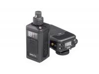 """Rode  RodeLink Newsshooter Kit  NewsShooter es el segundo kit transmisor / receptor de la familia Rødelink, que complementa el ya conocido Kit FilmMaker.  En este caso, NewsShooter se presenta como un """"módulo"""" transmisor, en forma cúbica, que acepta cualquier micrófono y envía la señal de forma inalámbrica al receptor.  El paquete también incluye un receptor que se puede montar en la cámara (accesorio de montaje incluido) y un cable de salida que le permitirá conectar la señal del receptor a su grabador o mezclador.  La otra novedad es que esta tecnología de transmisión inalámbrica Rødelink utiliza dos canales (frecuencias) de transmisión digital, con encriptación de 128 bits.  De este modo, el receptor puede cambiar entre la frecuencia más fuerte en cada instante (¡esto puede suceder aproximadamente 20 veces por segundo!) Y mantener la integridad de la señal sin cambios.  El hecho de que sea una transmisión digital encriptada también tiene la ventaja adicional de ser inmune a las interferencias de radio, ya que los dispositivos inalámbricos que aún usan la banda analógica funcionan a frecuencias más bajas (VHF o UHF). Y dado que las redes que operan en la banda de 2,4 GHz (dispositivos wifi) no pueden interferir con el audio cifrado, la integridad de la transmisión de audio se mantendrá con una resolución garantizada de 24 bits y frecuencias de muestreo de 44,1 kHz.  El receptor (RX-Belt) tiene una pantalla OLED con información sobre el nivel de señal, nivel de batería (transmisor y receptor), silencio y selector de canal."""