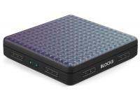 Roli Lightpad Block M   Em conjunto com a app no iPhone ou iPad, o novo ROLI Lightpad Block tem uma superfície mais profunda, suave e com novo perfil, para tocar de forma ainda mais reativa e precisa. Na superfície tátil e sensível à pressão do Block, pode formar sons através de gestos intuitivos como deslizar, premir e levantar. A superfície é uma grelha de quadrados brilhante que o orienta enquanto cria batidas e melodias com um conjunto de centenas de sons.    Qualquer pessoa pode usar o Lightpad Block. Quer seja um músico profissional ou esteja a dar os primeiros passos, pode criar música rapidamente com a superfície incrivelmente reativa. E obtém a mesma expressividade musical de um instrumento acústico.