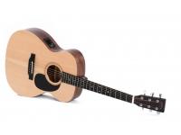 Sigma Guitars 000ME+ Natural Satin  O Sigma Guitars 000ME é um violão acessível com um sistema de captação integrado. O topo é feito de abeto maciço que produz um baixo definido com médios e agudos balanceados. Os sintonizadores garantem a estabilidade ideal e a guitarra é complementada com um sintonizador integrado. O violão é extremamente jogável com sua ação de cordas baixas. As costas e os lados são feitos de mogno e o braço é feito de pau-rosa.