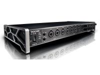 Tascam US-20x20  El US20x20 es el nuevo modelo insignia en el rango de interfaz de audio USB 'x' de Tascam, un rango que también incluye dos, cuatro y 16 versiones de entrada. Promete ser una unidad versátil, con múltiples entradas y salidas, velocidades rápidas de bus USB 3 y frecuencias de muestreo de hasta 192 kHz, sin restricciones en el número de entradas analógicas simultáneas a velocidades más altas. También se califica como un mezclador digital para ensayos y actuaciones, y como un preamplificador / convertidor externo de ocho vías, en cuyo escenario funciona como un dispositivo independiente, con señales de las primeras ocho entradas analógicas que se enrutan directamente al ADAT óptico salidas (limitado a 44,1 kHz para ocho canales).