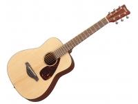 Yamaha JR2 3/4  Com a guitarra acústica Yamaha JR2, você pode apreciar o tom de uma guitarra acústica em tamanho que é mais fácil para novos guitarristas e jogadores mais jovens. O JR2 é uma guitarra compacta de dreadnought, inspirada na famosa série de guitarras folk da Yamaha. Com um tampo de abeto e um corpo acabado em mogno, o JR2 proporciona-lhe um som acústico grande, sem o grande tamanho acústico. Jogadores jovens, jogadores com mãos menores e qualquer um que deseje um instrumento mais amigável para viagens vão adorar o violão Yamaha JR2.
